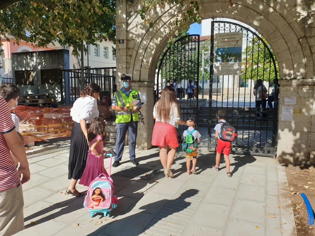 Ήπειρος: Ενημερωτικά Φυλλάδια Κυκλοφοριακής Αγωγής Και Οδικής Ασφάλειας Από Τους Αστυνομικούς Σε Γονείς Και Μαθητές !