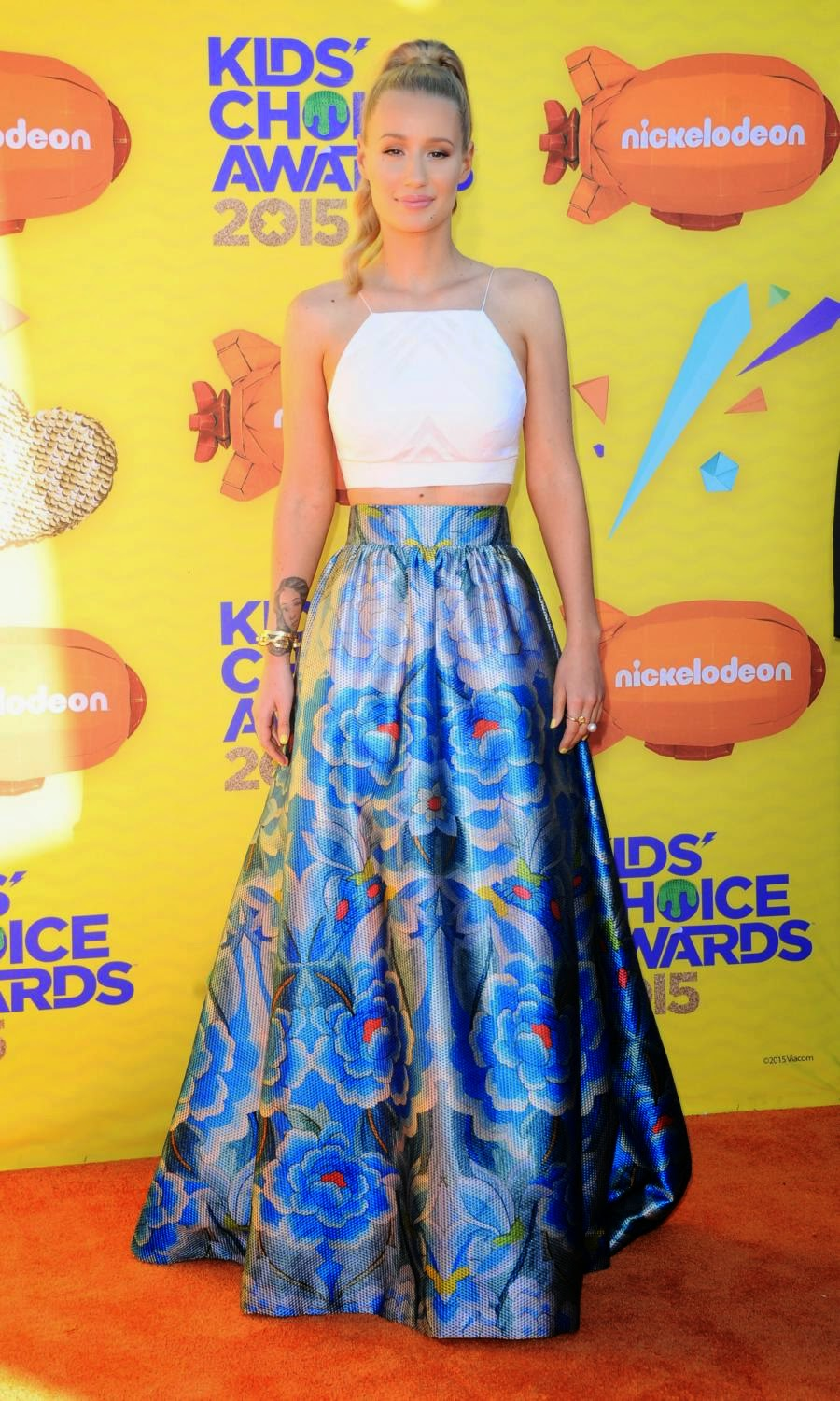 Iggy Azalea in a cropped top and skirt at the 2015 Nickelodeon Kids' Choice Awards
