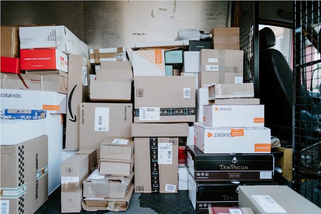 Menanti paket datang