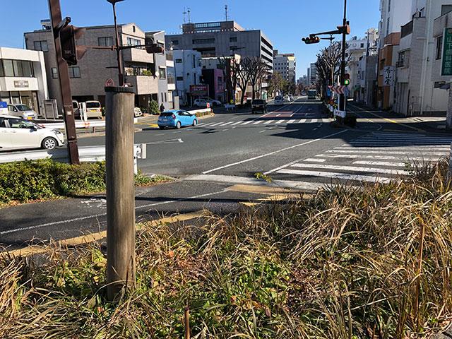馬冷は現在歩くと比較的高所に位置し浜松城水濠の水源たる印象が抱き難い、画面向こうが東で真っ直ぐ下る坂を行くと左が天守曲輪、右が鳥居曲輪(2019年1月21日撮影)