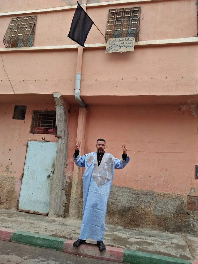 أسر شهداء الجيش المغربي تواجه الظالمين بالرايات السود صباح العيد