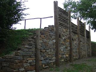 Pfostenschlitzmauer-Rekonstruktion Oppidum Finsterlohr-Burgstall