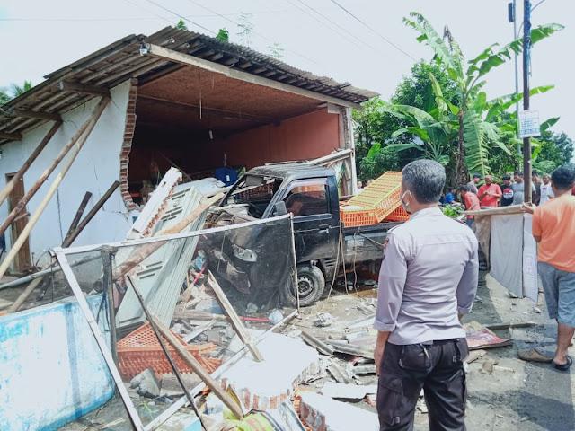 Sebuah Mobil Bak Terbuka Keluar Jalur Menabrak Ruko di Kaligondang