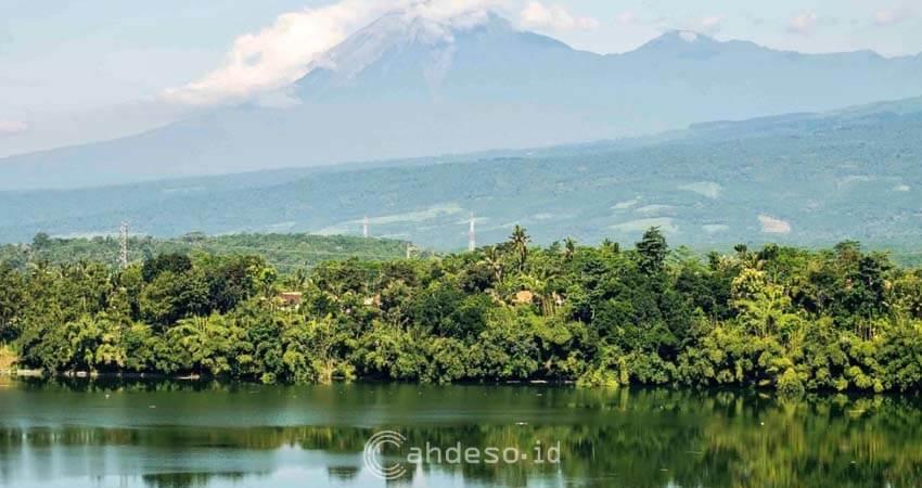 Foto Ranu Pakis Berlatar Gunung Lemongan