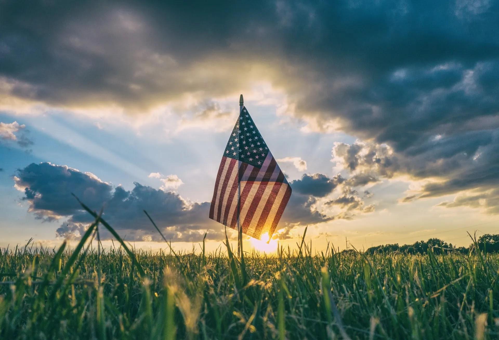 aprende ingles ejercito bandera america estados unidos clavada en prado puesta de sol