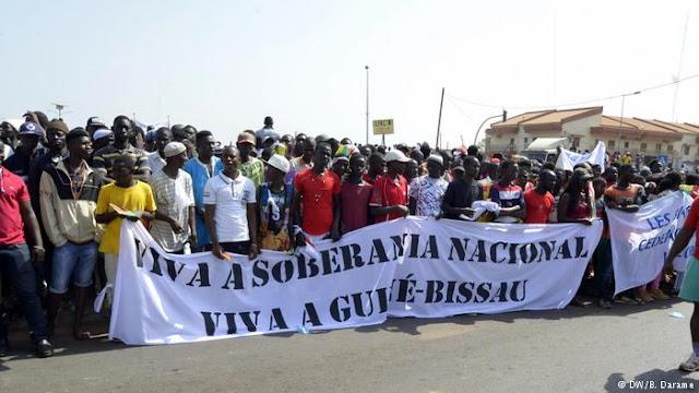 Guineenses sancionados pela CEDEAO protestam em Bissau
