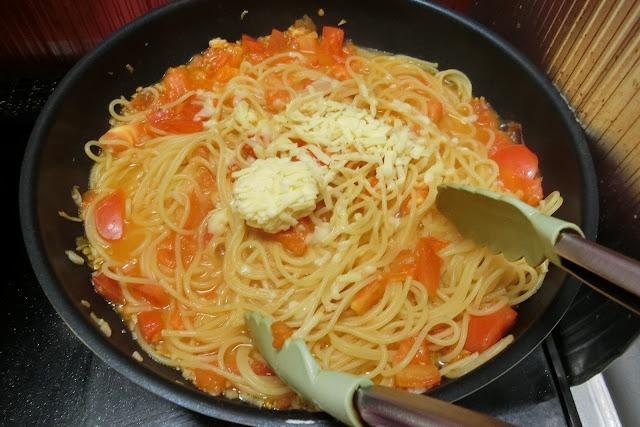 ゆで上がって湯をきったスパゲティ、ナチュラルチーズを加えて混ぜ合わせ、味見ををして塩っけが足りなければ塩を加えて調味します。