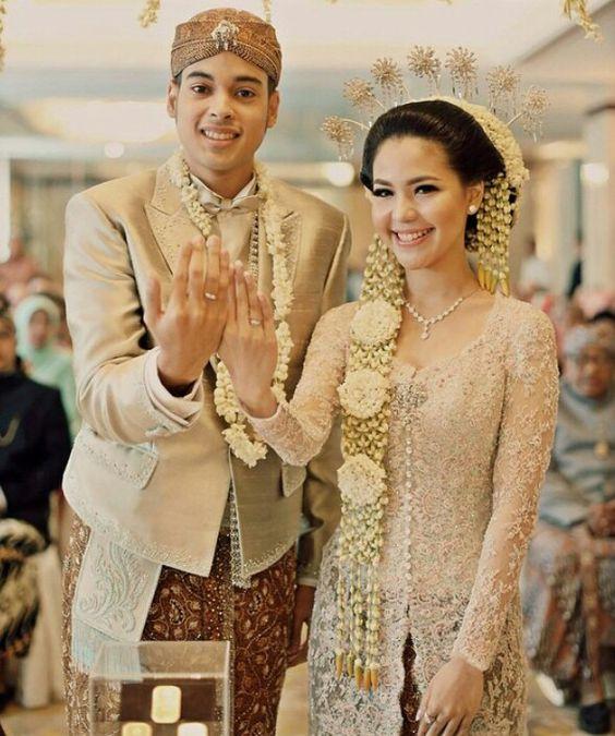 Dalam Lemari 1 Terdapat 4 Kemeja Batik: Model Baju Pengantin Adat Jawa Modern