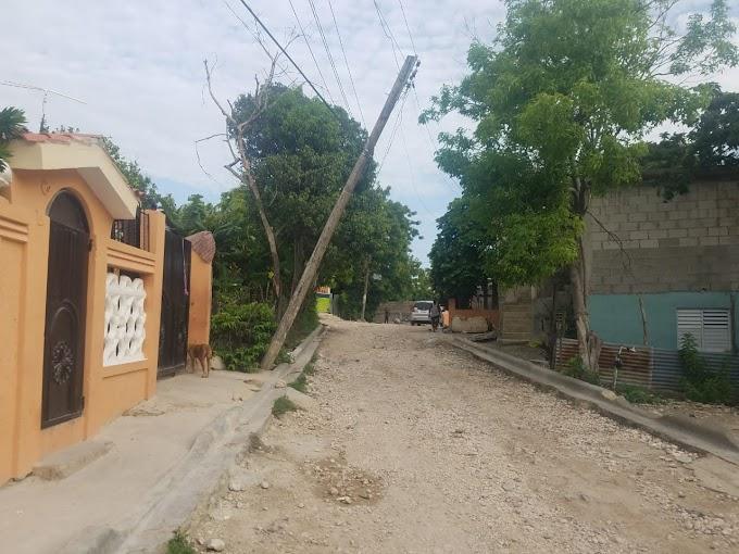 Poste de Luz pone en peligro cientos de vidas en  Valle Encantado de Villa Central, Barahona