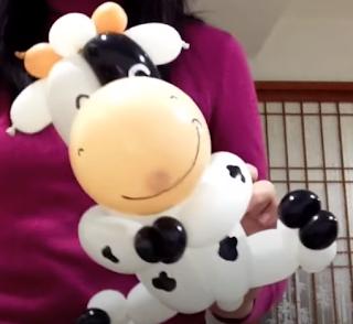 Schwarz weiße Kuh aus Luftballons getwistet.