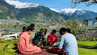 kangana ranaut playing cardes with family in lockdowntime in manali home