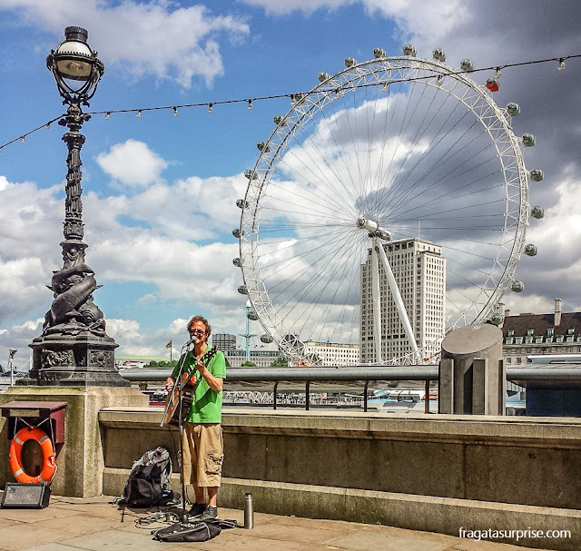 Artista de rua na beira do Rio Tâmisa e o London Eye, Londres