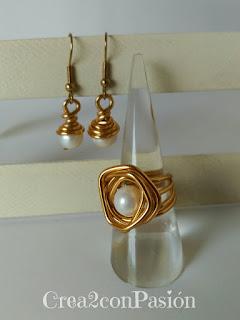 Anillo-y-pendientes-de-alambre-dorado-y-perlas-de-rio-crea2conpasión