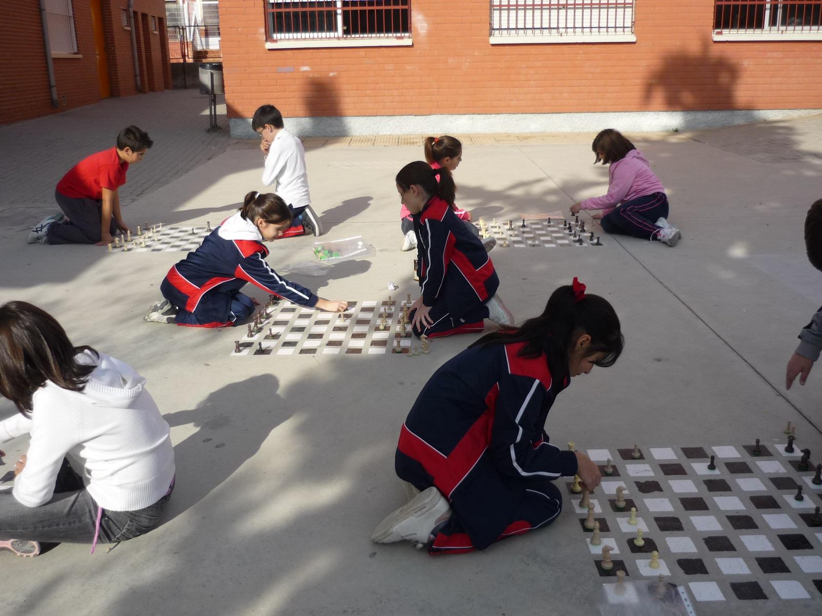 Vegaquinto Juegos de Mesa en el Patio del Colegio