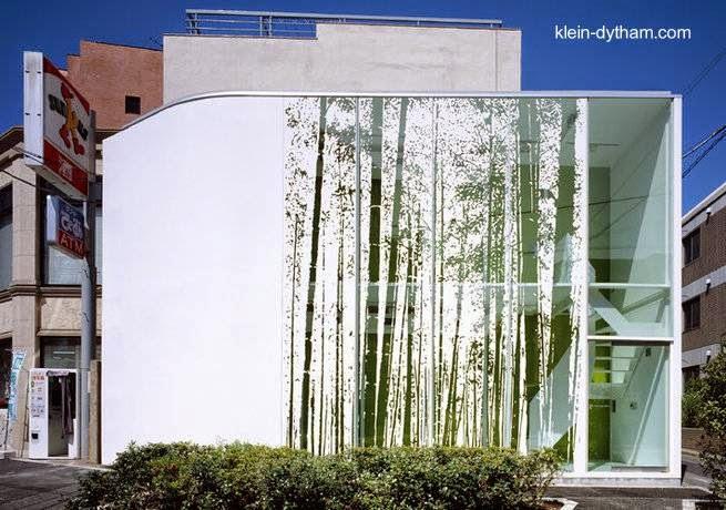 Casa angosta y elevada con fachada decorativa en Tokio 2005