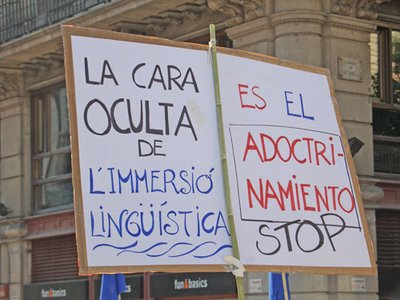Pancarta contra la inmersión lingüística en Cataluña
