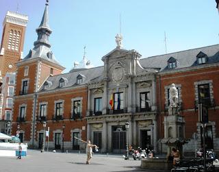Edificio de estilo herreriano del Madrid de los Austrias. Torres con chapitel en sus esquinas y tejado de pizarra con buhardillas.