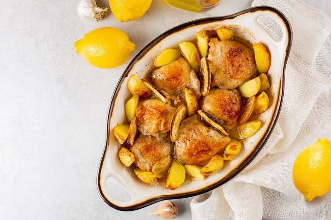 Fokhagymás, citromos csirke vele sült krumplival: a ropogós bőr alatt szaftos marad a hús