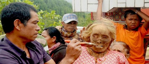 Tradisi Ini Hanya ada di Indonesia, Tradisi Ma'nene Mengganti Baju Mayat di Toraja
