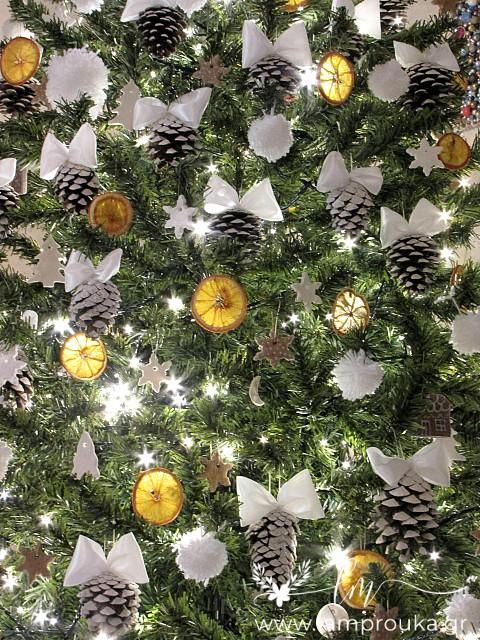Χειροποίητα στολίδια για το χριστουγεννιάτικο δέντρο.