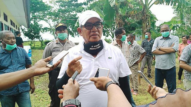 Bupati Maluku Tenggara M. Thaher Hanubun saat berada di lokasi karantina Ohoi Ohoira