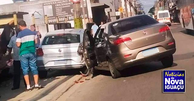 Dois carros colidem no Centro de Nova Iguaçu