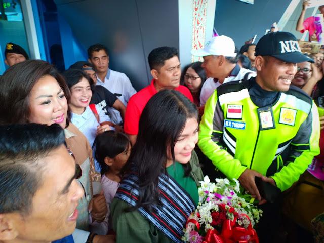 Warga Tumpah Ruah Sambut Tessa Di Bandara Silangit, Satika : Kita Doakan Tessa Juara