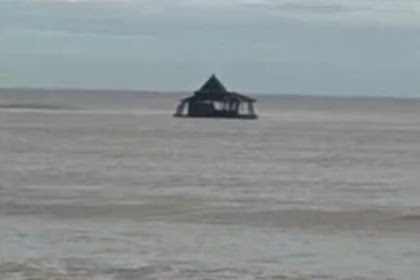 Viral, Masjid Agung Ini Terombang-ambing Terseret Ke Tengah Lautan