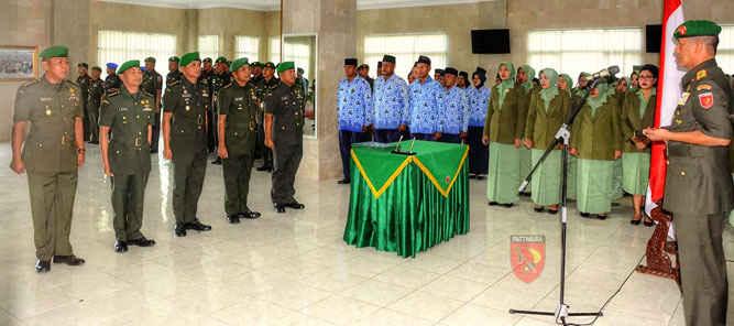 Pangdam XVI/Pattimura Mayjen TNI Doni Monardo memimpin upacara serah terima jabatan (sertijab) tiga pejabat teras di instansi tersebut, berlangsung di Ruang Loby Makodam, Kamis (5/1).