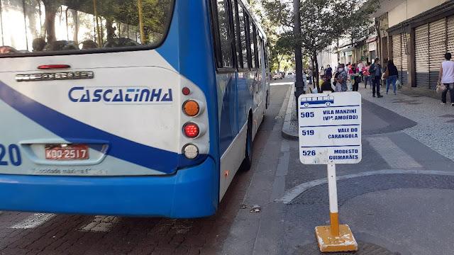 Onibus são retirados da Rua Paulo Barbosa em Petropolis