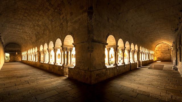 Ángulo sudeste del Claustro del Monasterio de Sant Cugat del Vallès :: Canon EOS5D MkIII | ISO400 | Sigma 14 | f/4.5 | 1/40s