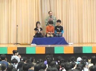 生徒が楽しく参加する落語体験コーナーの風景です。
