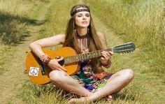 hipiska, hippisi, hippizm, kobieta grająca na gitarze, natura, kolory, ubranie, styl, moda