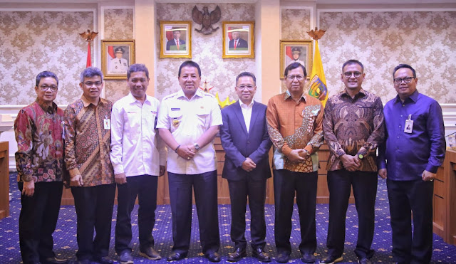 Viral Petang (19/02/2020) BANDAR LAMPUNG --- Gubernur Lampung Arinal Djunaidi melakukan penandatanganan Memorandum of Understanding (MoU) bersama dua perusahaan pupuk dan empat perbankan, di Ruang Rapat Utama, Kantor Gubernur Lampung, Rabu (19/2/2020).