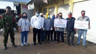 Camat Air Putih Bersama BRI  Berikan  Masker Kepada Pedagang Pasar Delima