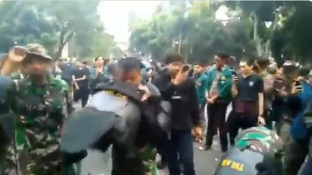 Lucuti Atribut yang Dipakai, Para Personel TNI Ikut Dukung Mahasiswa Demo
