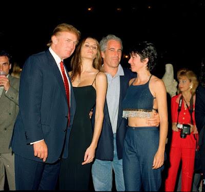 Donald Trump e Melania insieme a Jeffrey Epstein e Ghislaine Maxwell nel 2000.