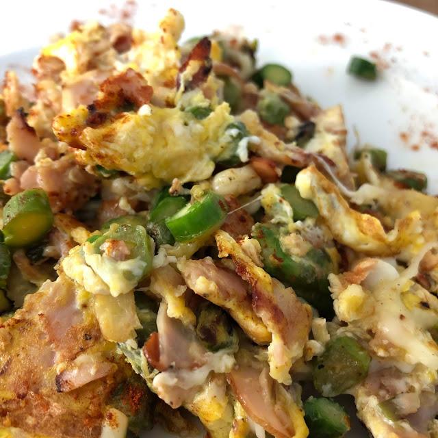 Huevos revueltos con espárragos verdes