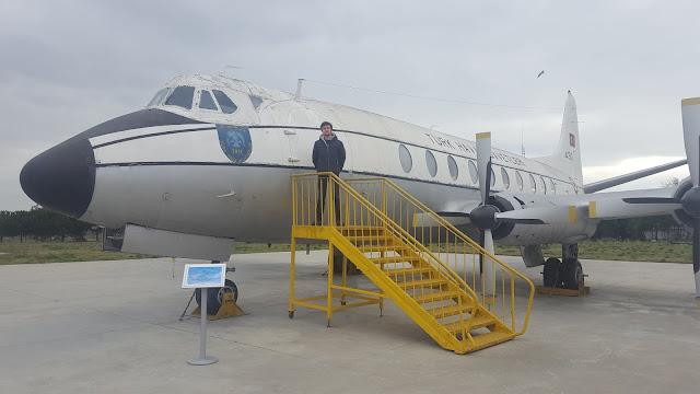 Harun İstenci Vickers Viscount yolcu uçağının üzerinde. Yeşilköy, İstanbul - Ocak 2018