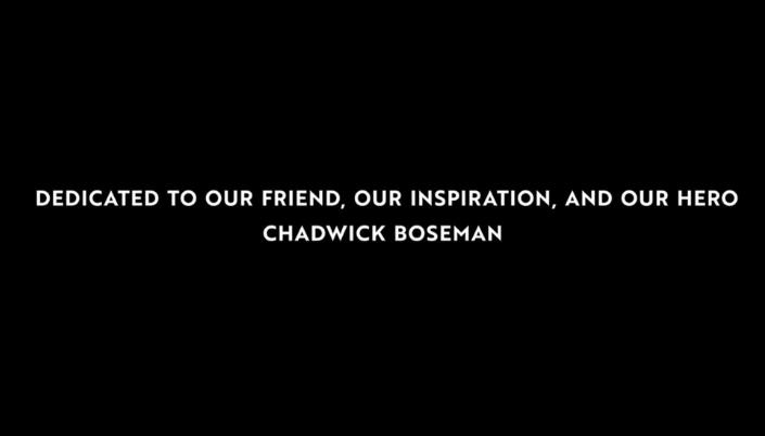 """Imagem: fundo preto com o texto em inglês que diz """"Dedicado para nosso amigo, nossa inspiração e nosso amigo, Chadwick Boseman""""."""