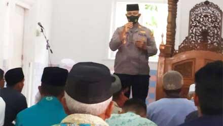 Kapolsek Koto Tangah silaturahim dengan jemaah Shalat Jumat