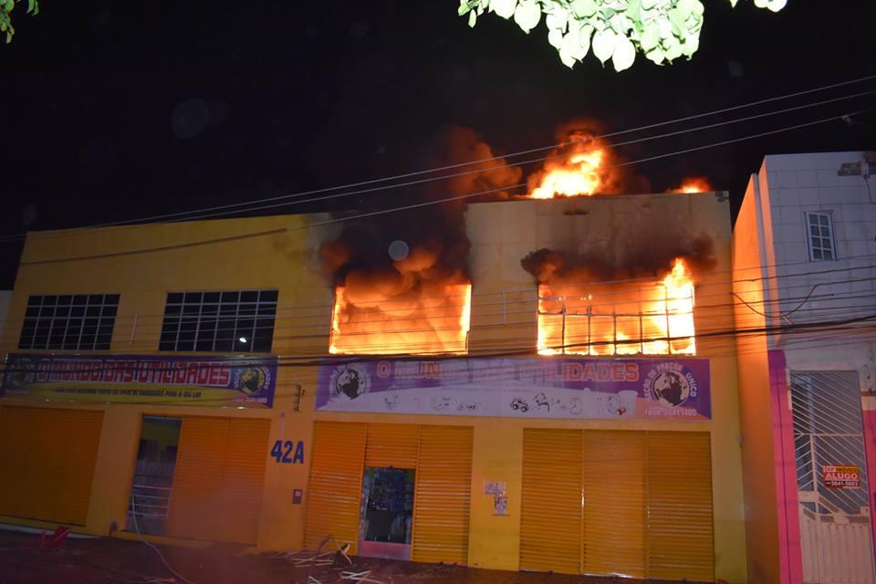 017f0477b461e Em Delmiro Gouveia, incêndio destrói parte de loja de variedades ...
