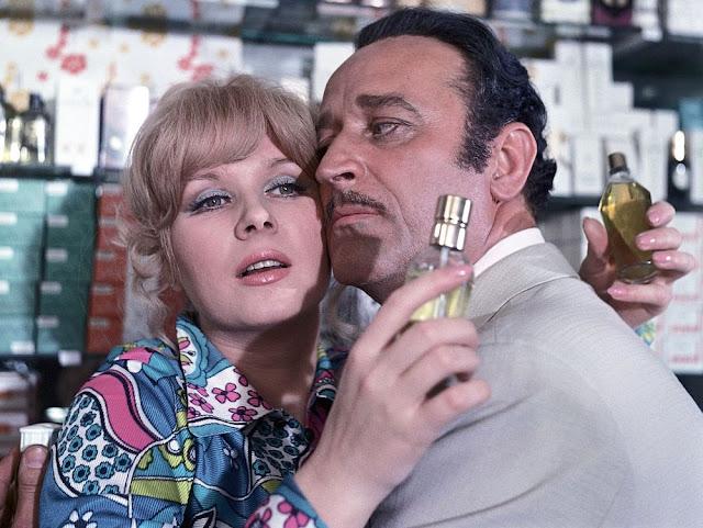 Halina Kowalska i Francesco Romanelli wąchają perfumy w filmie Nie lubię poniedziałku