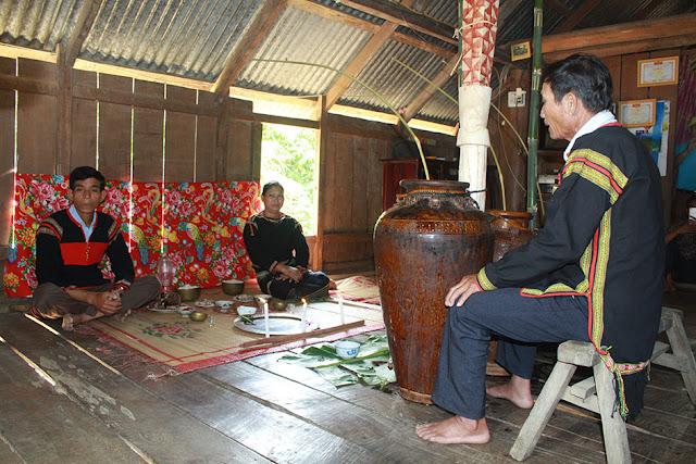 Gia chủ ngồi nghe thầy cúng (bìa phải) thực hiện nghi lễ cúng ché (ảnh:Mai Sao)