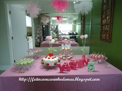 Decoração da mesa para a festa com a Moranguinho