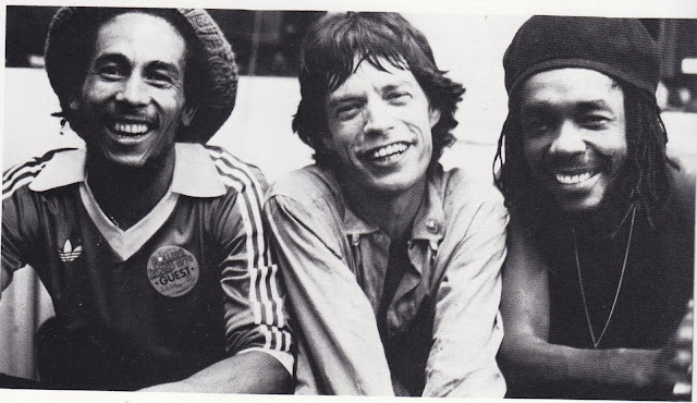 Mick Jagger sonriendo sin saber por qué junto a Bob Marley y Peter Tosh en 1978.