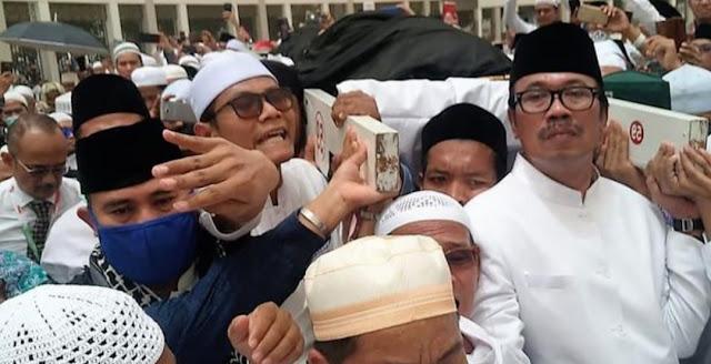 Dubes Agus Maftuh: Tanpa Koordinasi, Imam Besar FPI Menyerobot Doa di Pemakaman Mbah Moen