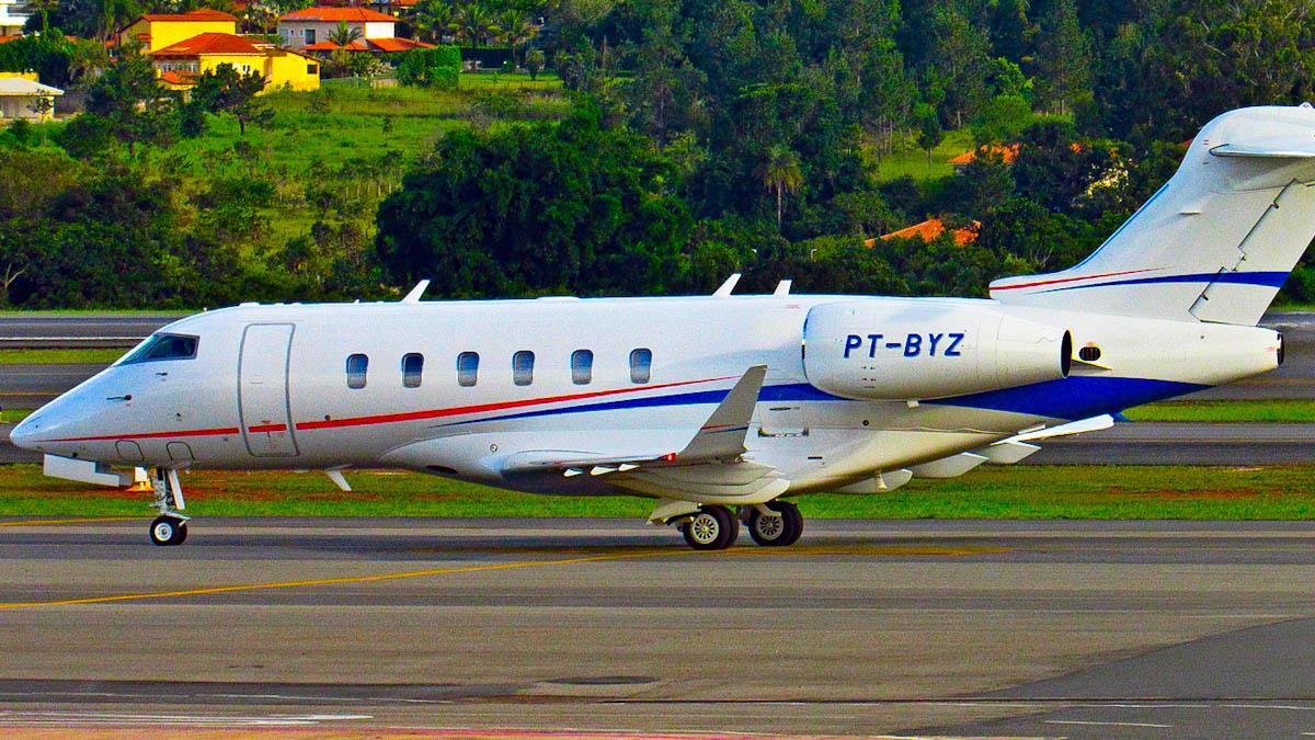 Avião faz sobrevoos em São Luís e chama atenção de spotters