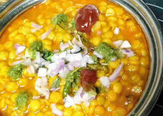 Serving dal pakwan topping with chopped onion, green chutney and sweet imli chutney for dal pakwan recipe