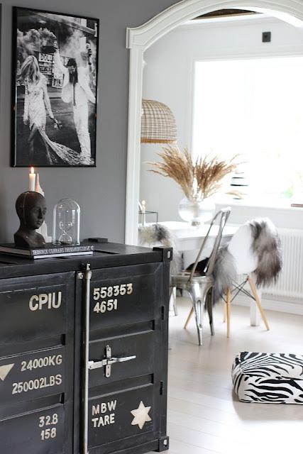 annelies design, webbutik, webbutiker, webshop, nätbutik, inredning, industriellt, industristil, ljusstake, ljusstakar, vardagsrum, vardagsrummet, grått, gråmålat, gråmålade, takbalkar, bjälkar, ljusstake, ljusstakr, brudpar, tavlor, poster, psoters, svartvit, svart och vitt,
